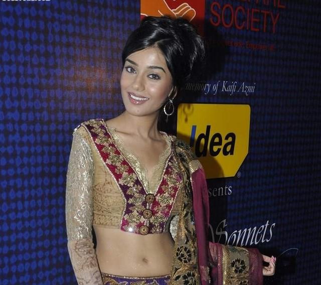 Download Song Lock Up By Karan: Hot Anushka Sharma At Manish Malhotra's Mijwan Fashion