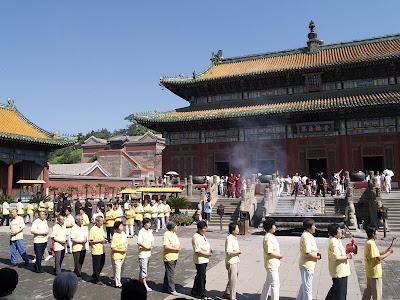 Fieles y Monjes celebrando en Monasterios de Chengde