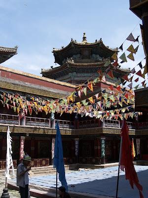 Patio interior con banderas budistas en Chengde