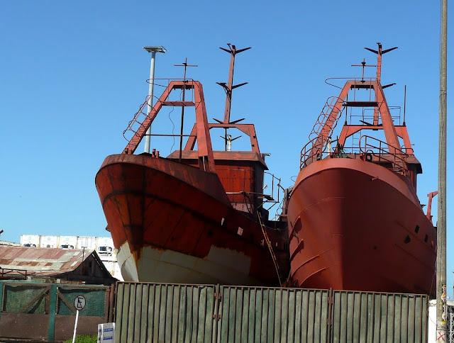Barcos en reparación en puerto de Mar del Plata.