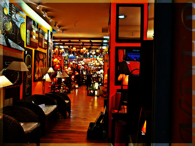 Interior de un iluminado bazar.