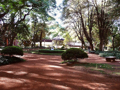 Plazoleta arbolada al frente del Jardín Botánico en Buenos Aires.