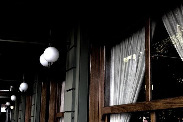 Foto de un ventanal y globos de luces en el porche.