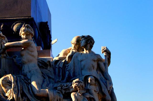 Monumentos.Esculturas en la base Monumento a Mitre.
