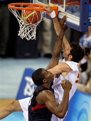 mate de Rudy in the face a Dwight Howard