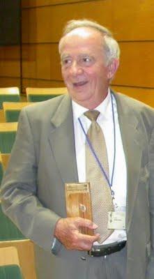 El profesor César Gómez Campo, tras recoger en Valencia el premio Silver Leaf Award Planta Europa, en 2004. © ATSA Nerium SL para Planta Europa y Generalitat Valenciana (sebcp.blogspot.com)