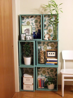 Mueble para la sala hecha con rejas de madera para verduras