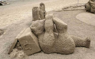 escultura de un oso en arena