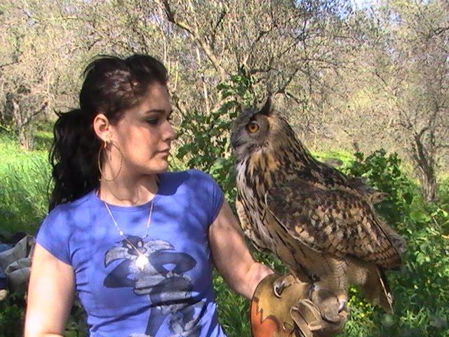 """Mi hija Alba con """"Nora"""" su ave preferida"""