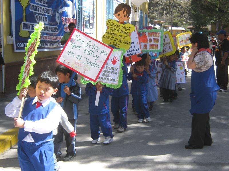 niños recibieron sorpresas de manos de la burgomaestre huarochirana