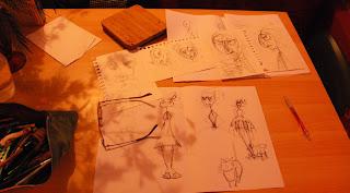 Pour un conte pour enfants, des feuilles volantes sur lesquelles on voit des croquis et des dessins et des illustrations de sorcière, réalisées par l'illustratrice laure phelipon