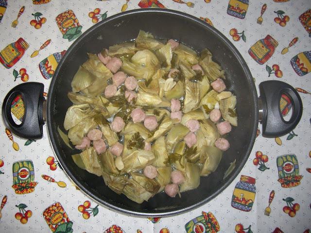 Alcachofas con salchichas y limón