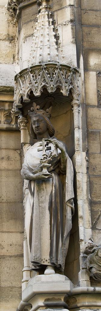Estátua de São Luis no exterior da Sainte Chapelle