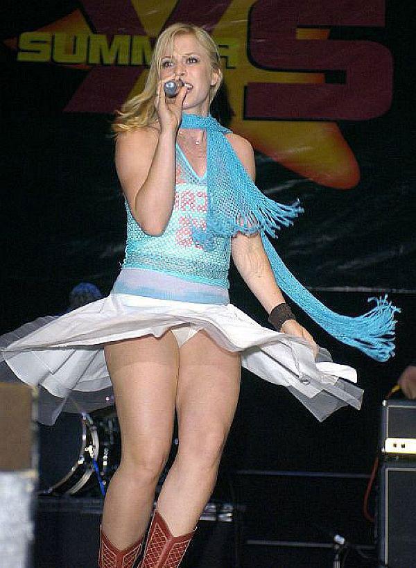 подсмотреть трусики под юбкой на сцене только