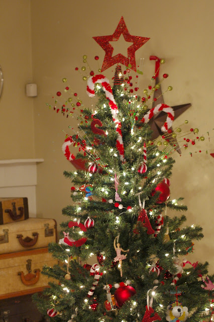 How to decorate a Christmas Tree with red ornaments