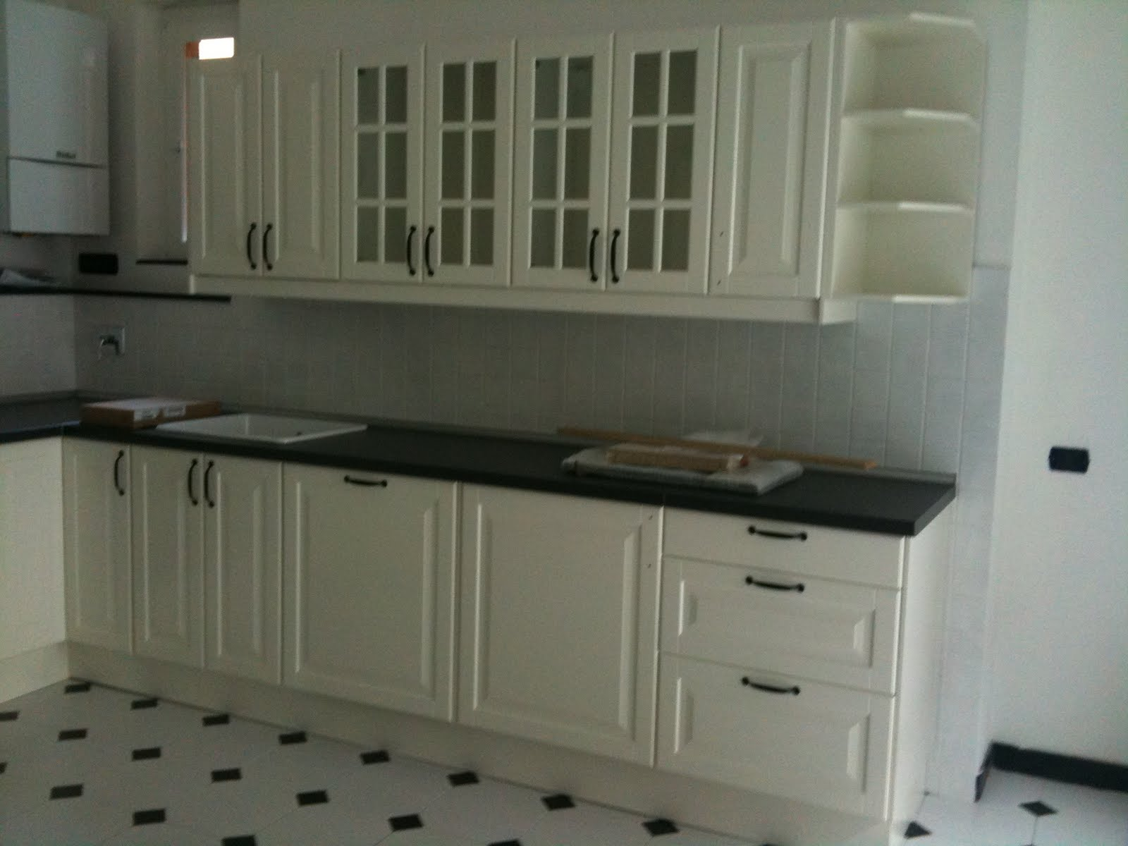 Piastrelle cucina nera cucina bianca e legno wenge
