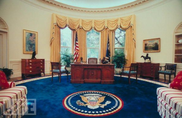 Here Is President Clinton S Office As Pictured In Life Magazine I Love The Strength Of Colors His Oval And That Ful Navy Rug