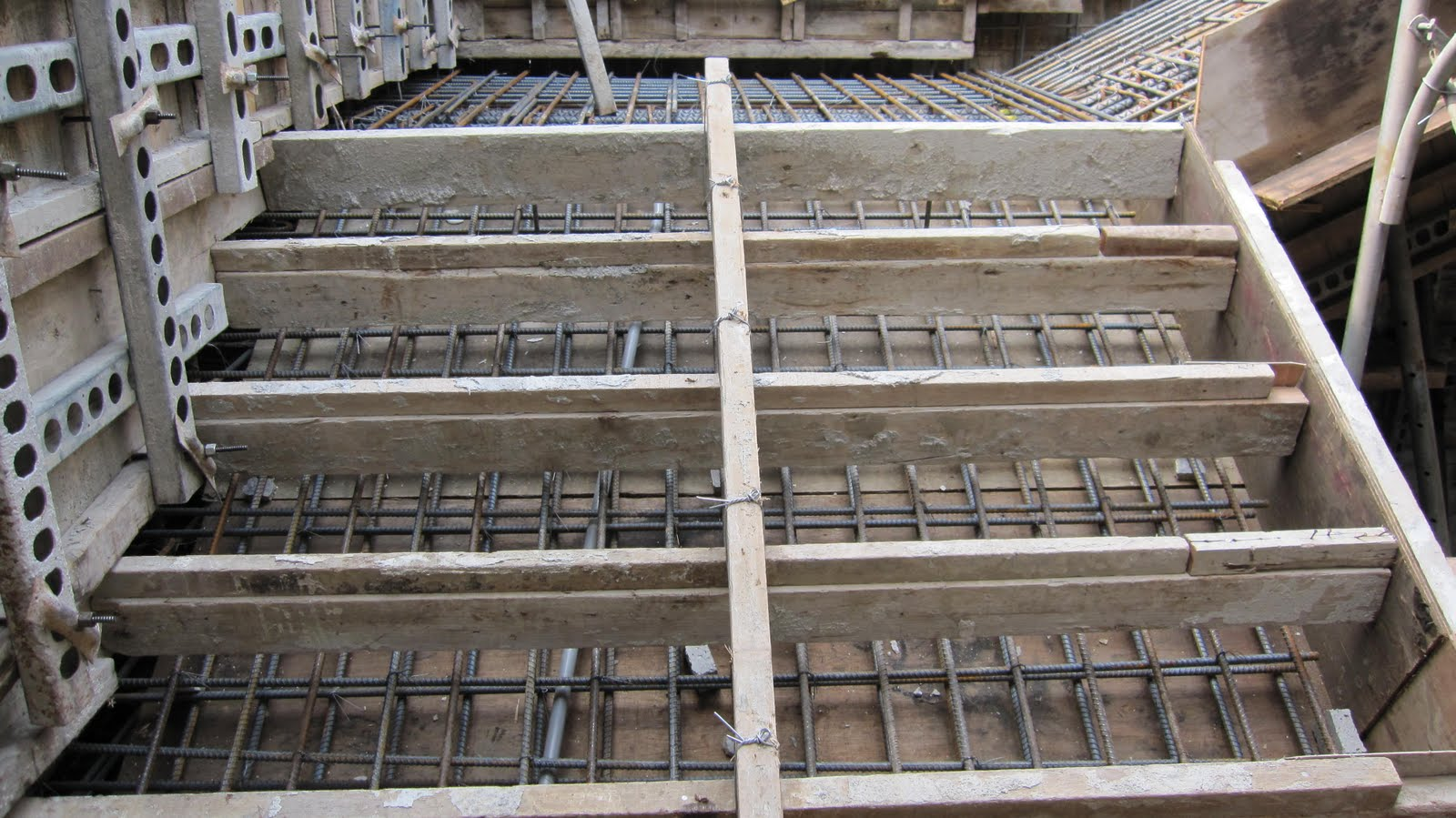 臺中市北區省三國小「第二期工程」Blog: 99.05.01 一樓梯模組立
