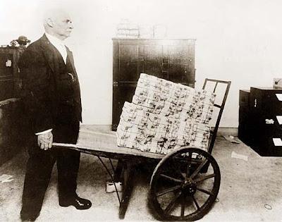 http://4.bp.blogspot.com/_JfhAteQCk9g/SbPZyro4PTI/AAAAAAAAAbg/296BCfPia-E/s400/hyperinflation1923.jpg