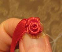 Розочки из лент, которые будут украшать нашу сумочку, также обшиваем.