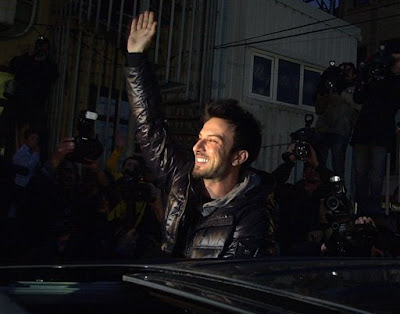 Turkish pop singer Tarkan waves cheering supporters after his release outside a courthouse in Istanbul, Turkey, Monday, March 1, 2010. Turkish police detained Tarkan, the country's best-known pop star, in a narcotics raid Friday in Istanbul along with nine other people. Tarkan, who only uses one name, and others were detained for their alleged links with two drug dealers being monitored by narcotics agents, the state-run Anatolia news agency said. Police reportedly found and seized a small amount of hashish at the pop star's country home in the Omerli district near Istanbul, the agency said. (AP Photo)