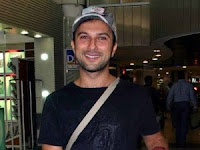 Tarkan at the airport