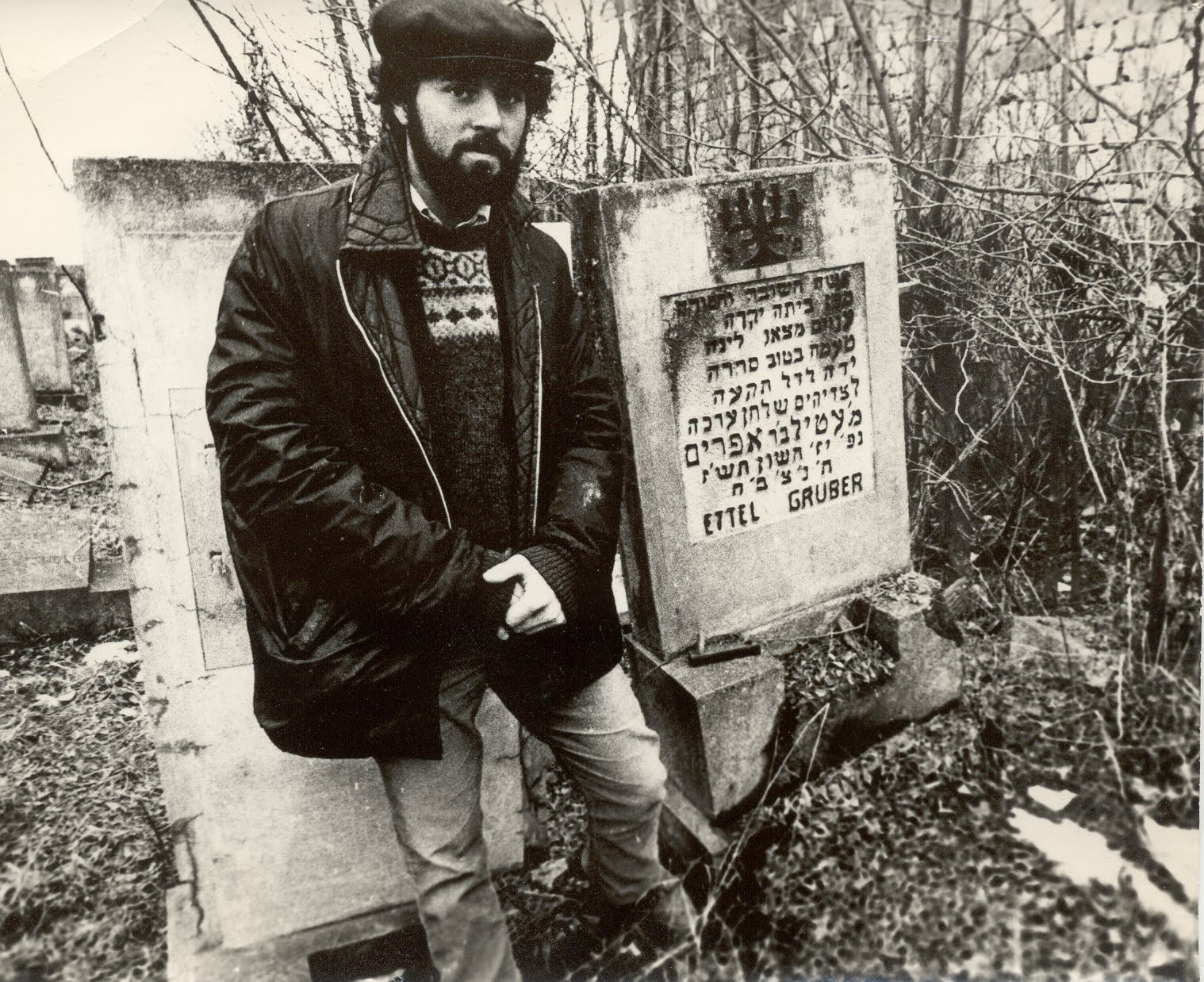 [Sam_Gruber_at_Radauti_Cemetery_1978.jpg]