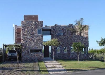 Fachada de piedras y madera fachadas de casas y casas for Frentes de casas modernas con piedras