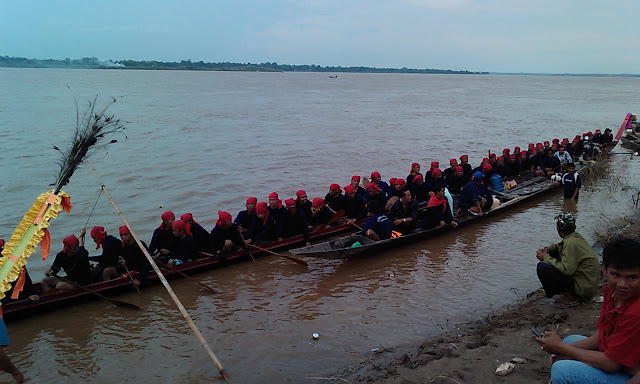 Long boat race on the Mekong River at That Phanom, North-East Thailand