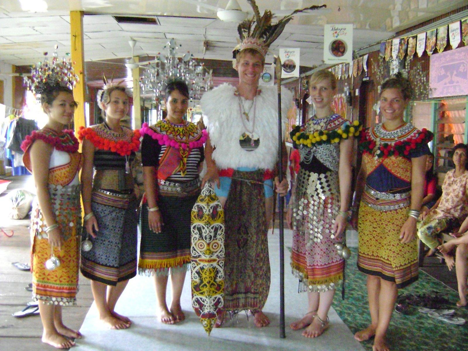 https://4.bp.blogspot.com/_Kzagta4Jpcg/S9oY0eYaz9I/AAAAAAAAAAU/qcwnSWpaDtw/s1600/Iban_costumes_of_sibu.JPG