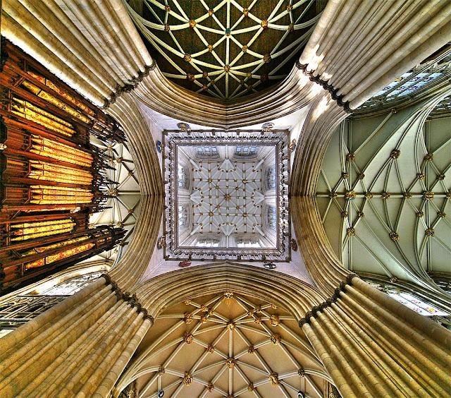 A torre-lanterna típica do gótico normando foi adotada felizmente pelo gótico inglês