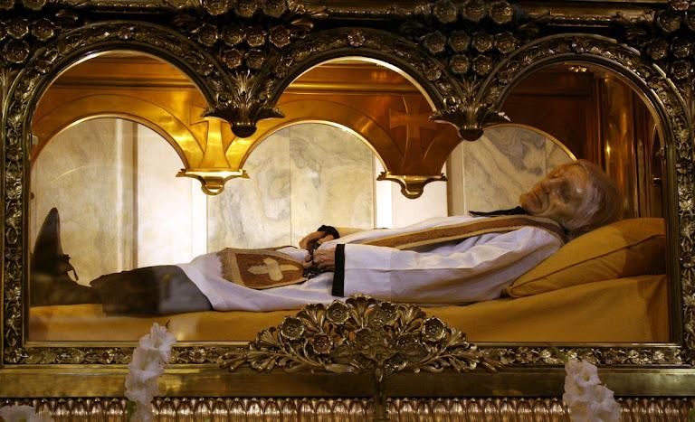 Urna com os restos mortais de São João Batista Maria Vianney, Ars, França.