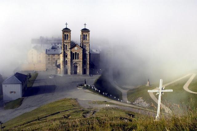 Basílica de La Salette no meio das nuvens
