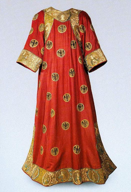 Roupa da coroação: túnica do novo imperador.