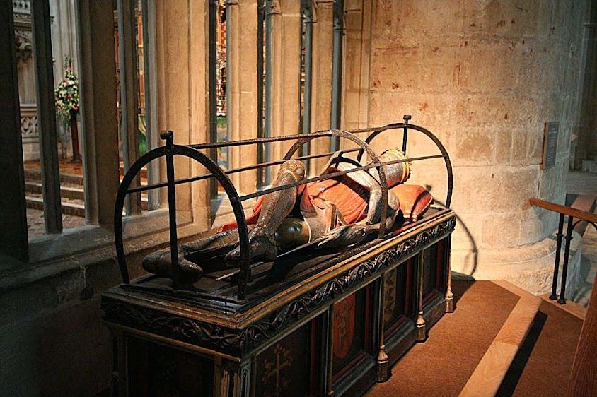 Roberto de Normandia, primogênito de Guilherme o Conquistador, catedral de Gloucester. Nos túmulos, o cruzado era representado com as pernas cruzadas.