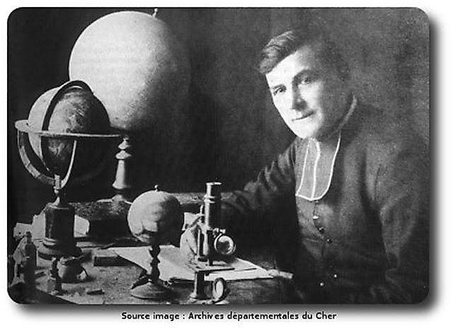 O Pe. Théophile Moreux em sua mesa de trabalho