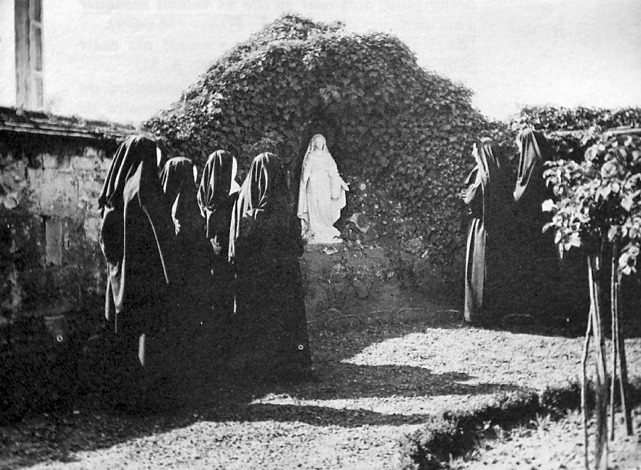 A gruta de Nossa Senhora das Águas no fundo do jardim do convento de Saint Gildard, Nevers. Essa imagem era a que mais lembrava a Nossa Senhora segundo Santa Bernadette.