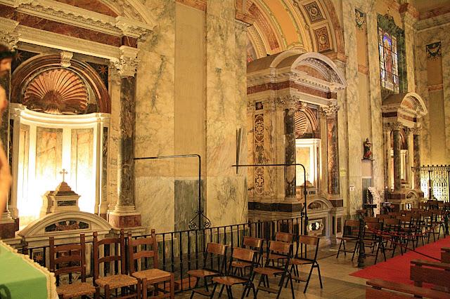 Na abadia das Três Fontes foram construídos três altares sobre os pontos onde rolou a cabeça do mártir e brotaram três fontes.