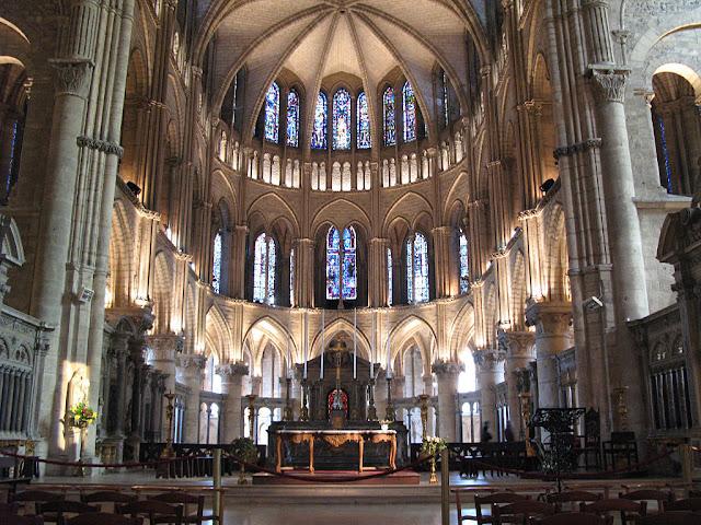 No fundo: o coro com o túmulo de São Remígio
