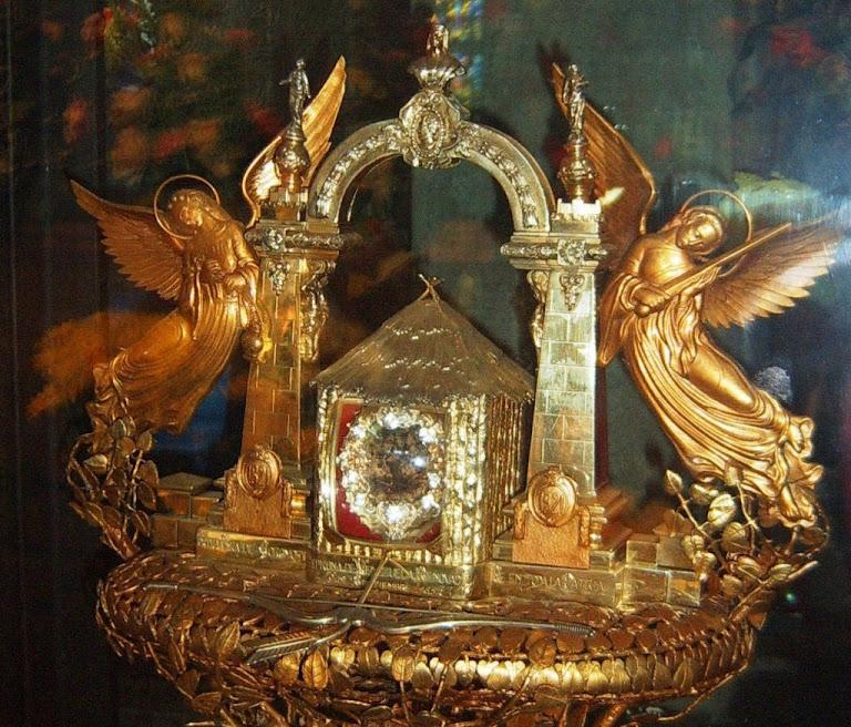 Nossa Senhora de Coromoto: a imagemzinha dentro do relicário. A lupa central permitia vê-la  melhor.
