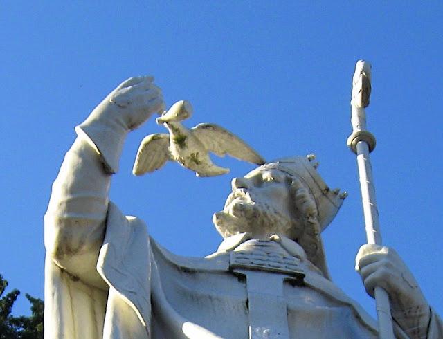 São Remígio: estátua em Lourdes