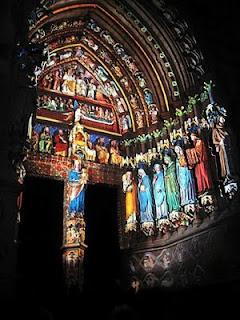 Catedral de Amiens: pórtico da Virgem, colorido com luzes na noite