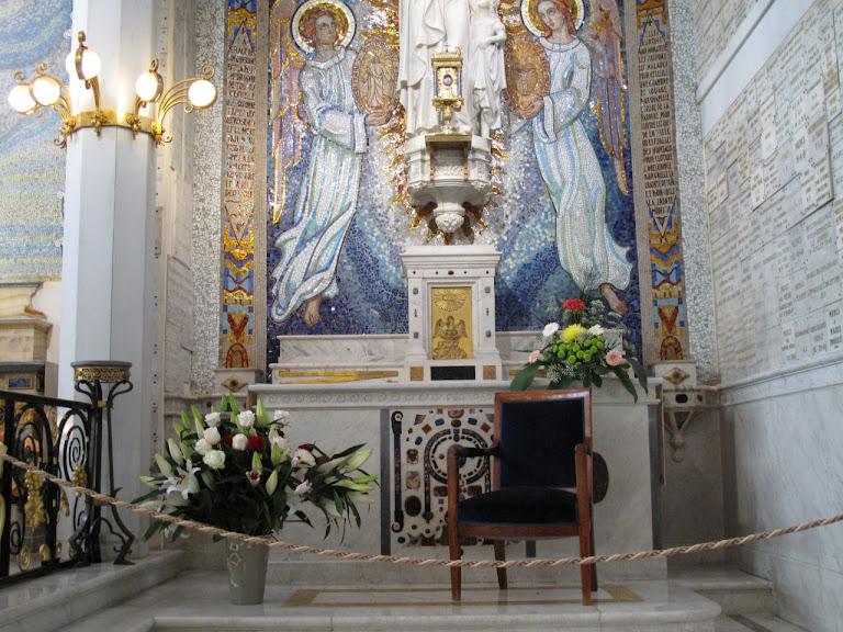 Altar da aparição e cadeira onde Nossa Senhora sentou, na capela da Rue du Bac, Paris
