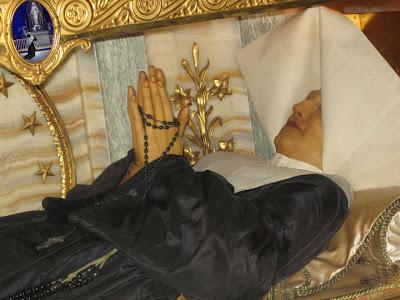 Corpo de Santa Catarina Labouré na Capela da rue du Bac, Paris