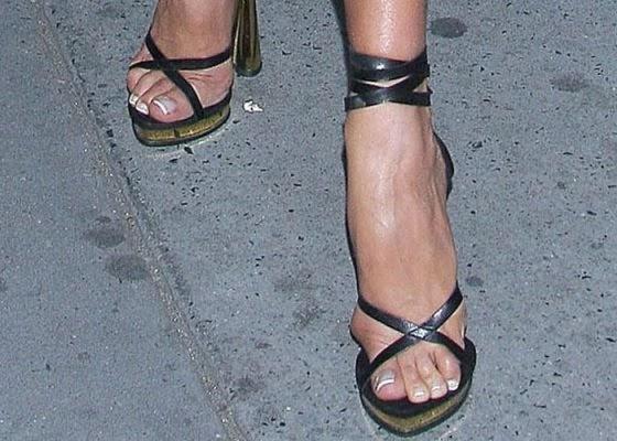 5fc0a2e94e TubaraumRadioShow  Pesquisa elege Victoria Beckham como celebridade com pés  mais feios