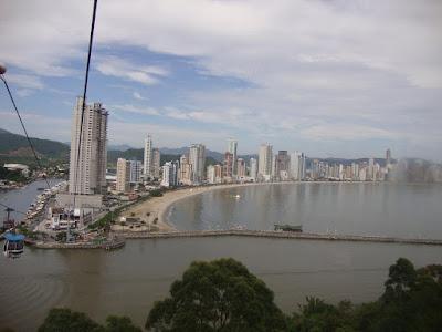Vista de Balneário Camboriú desde os bondinhos aéreos.