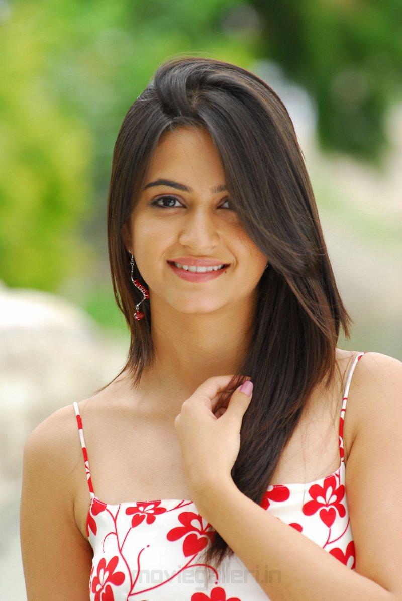 Jr Ntr Hd Wallpapers Actress Kriti Kharbanda Cute Stills Ala Modalaindi Movie
