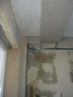 монтаж потолочной ниши для штор