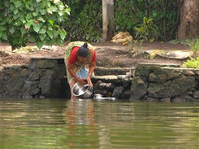 fregando en el rio