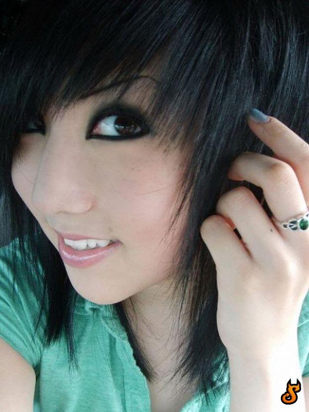 Foto Cewek Cantik dengan Gaya Rambut Emo